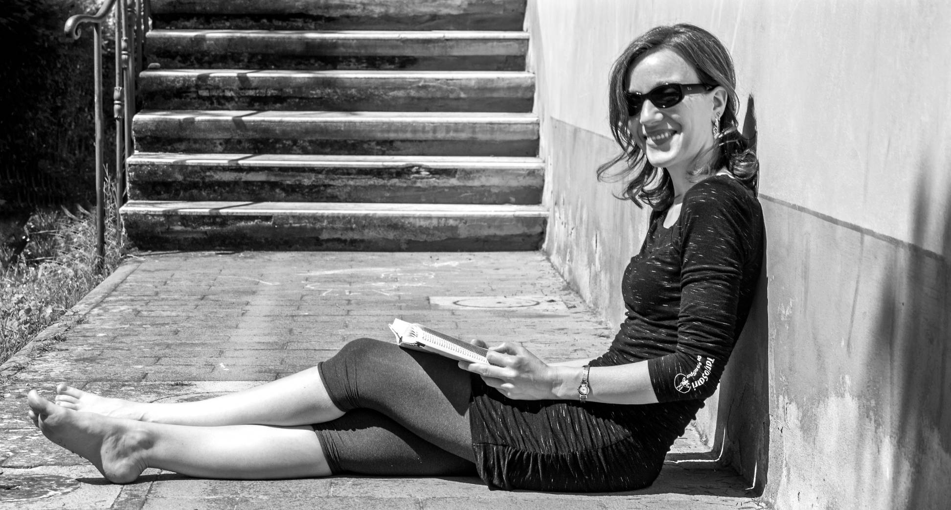 Schwarz-weiß-Foto von mir mit Buch in der Hand