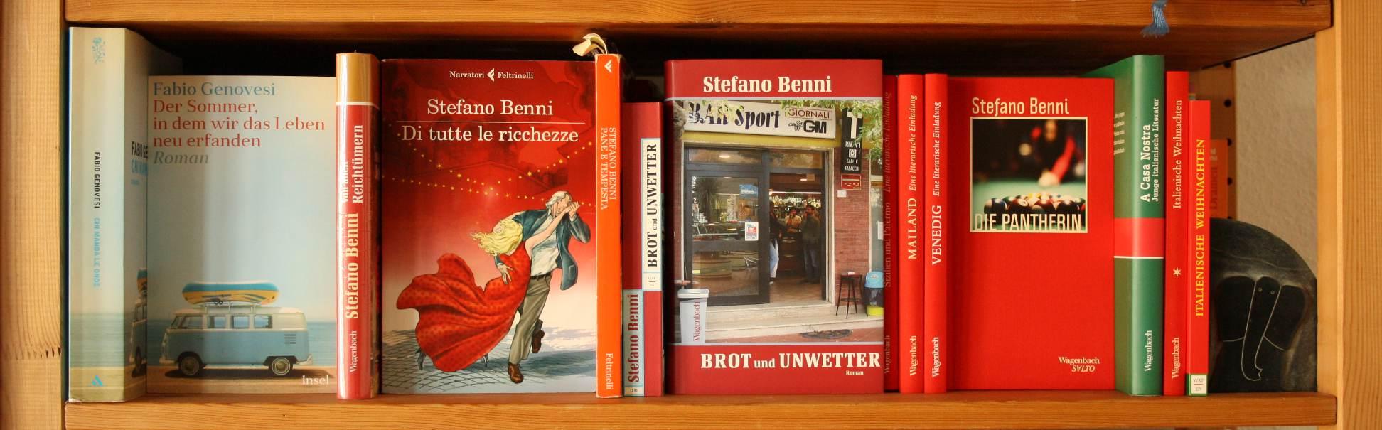 Regal mit Bücher von Stefano Benni, Fabio Genovesi und anderen