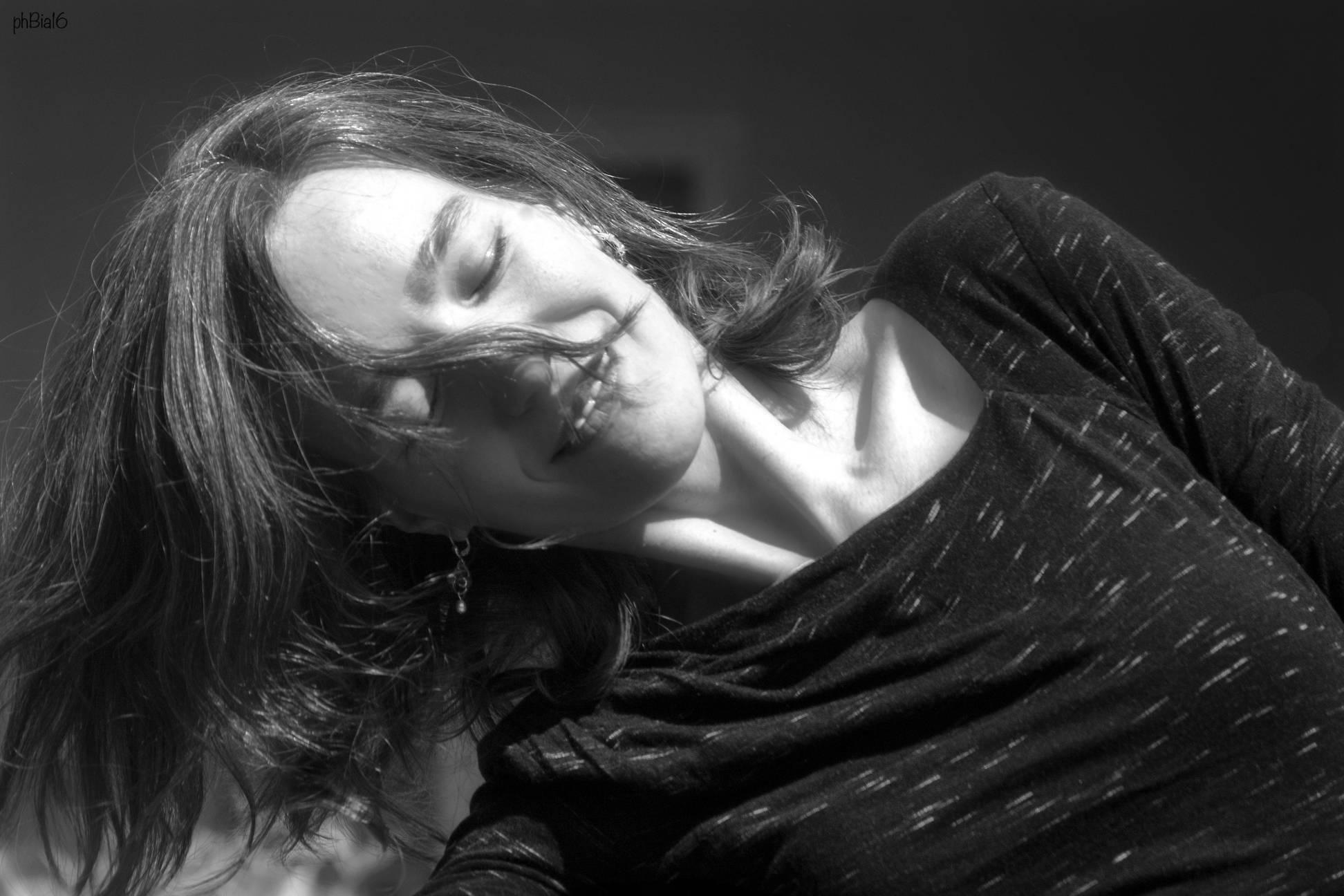 Schwarz-weiß-Foto von mir, tanzend