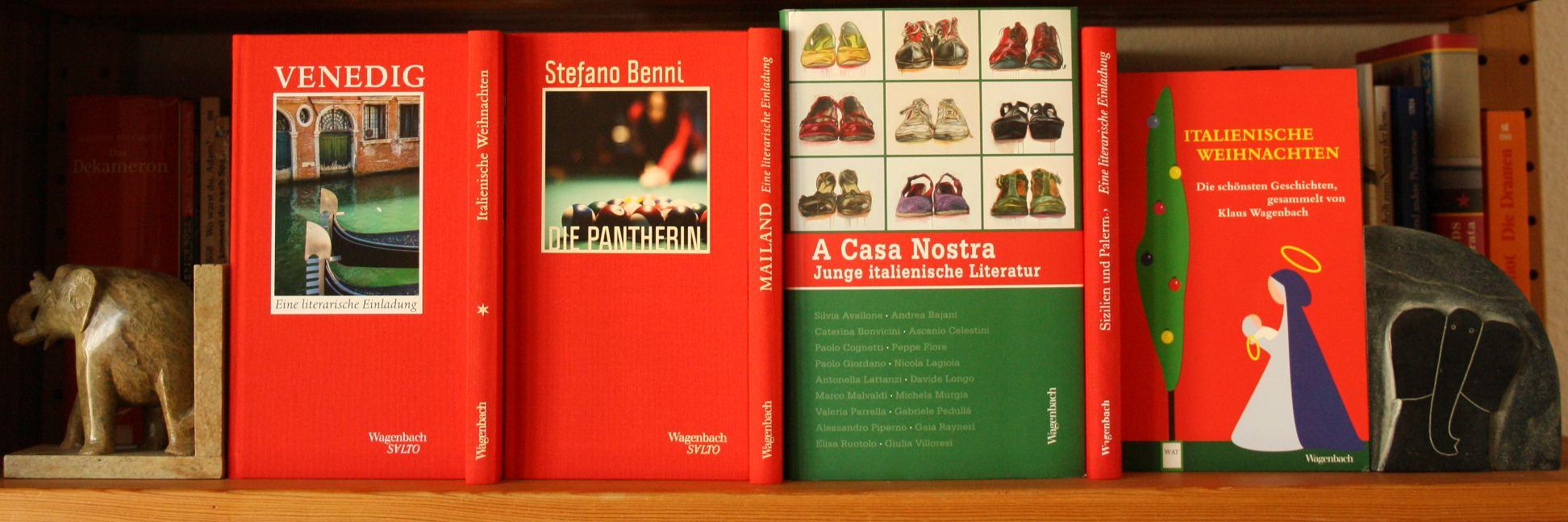 """Buchcover im Regal, u.a. """"Venedig"""", """"Die Pantherin"""", """"A casa nostra"""" und """"Italienische Weihnachten"""""""
