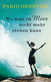 """Cover des Romans """"Wo man im Meer nicht mehr stehen kann"""" von Fabio Genovesi, auf dem ein Junge am Strand mit ausgebreiteten Armen vor einer schäumenden Welle steht"""
